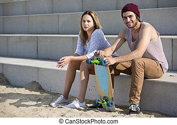 jovem, skateboarding, par, ligado, um, praia