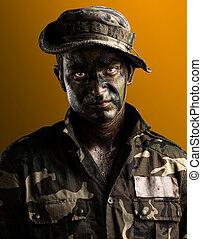 jovem, soldado, rosto, com, selva, camuflagem, ligado, um, fundo amarelo