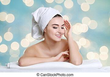 jovem, spa, mulher, tocar, dela, rosto, após, tratamento beleza