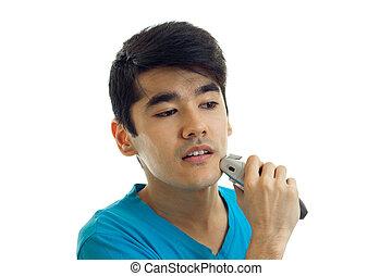 jovem, sujeito, com, cabelo preto, olha, afastado, e, barbeações, seu, barba, close-up