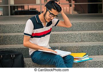 jovem, sujeito, com, cabelo preto, senta-se, ligado, a, passos, e, olha, em, a, livro