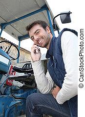 jovem, telefonando, agricultor