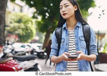 jovem, telefone, cidade, mochila, bonito, célula, mulher