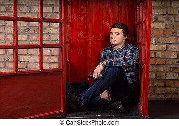 jovem, telefone, esperando, chamada, aborrecido, homem