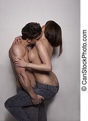 jovem, topless, embracing pares, em, calças brim