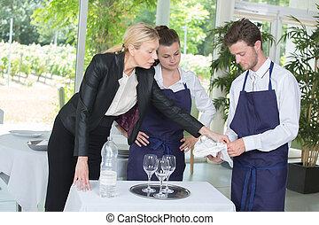 jovem, trabalhador, e, gerente, em, um, jurisdição, banquete