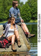 jovem, trekking, par, descansar, em, lakeside