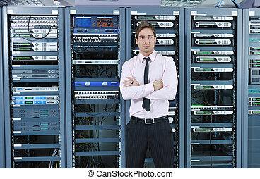 joven, él, engeneer, en, datacenter, servidor habitación