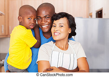 joven, africano, familia , posición, en la cocina