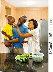 joven, africano, pareja, alimentación, hijo, vegetal