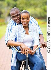 joven, africano, pareja, bicicleta que cabalga