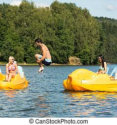 joven, agua raqueta, saltar, barco, hombre