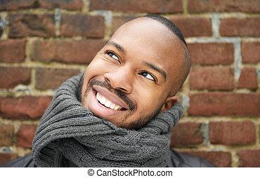 joven, aire libre, retrato, sonreír feliz, hombre