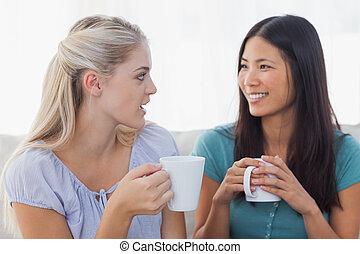 joven, amigos, charlar, encima, tazas, de, café