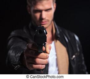 joven, assasin, señalar, el suyo, arma de fuego, a la cámara