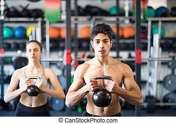 joven, ataque, pareja, en, gimnasio, ejercitar, con,...