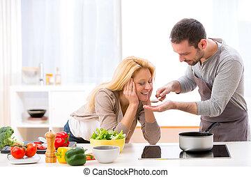 joven, atractivo, mujer, elasticidad, alimento, a, ella, marido, probar