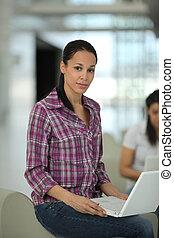 joven, atractivo, mujer, utilizar, un, computadora de computadora portátil