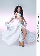 joven, bailando, niña, con, elegante, pelo justo, en, oriental, brillar, costume., hermoso, delgado, mujer, vientre, dancer.