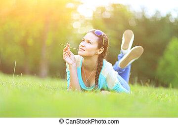 joven, bastante, mujer, yacer césped, en, verano, sunset., natural, felicidad, diversión, y, harmony.