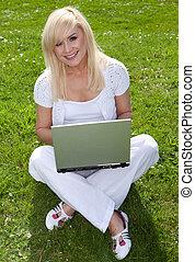 joven, bastante, rubio, con, un, computador portatil