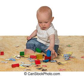 joven, bebé, juego, con, juguetes educativos