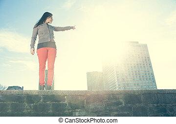 joven, belleza, posar, encima, ciudad, plano de fondo