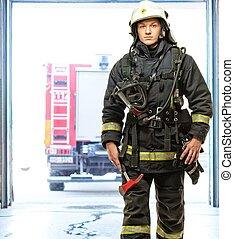 joven, bombero, contra, camión, en, firefighting, depósito
