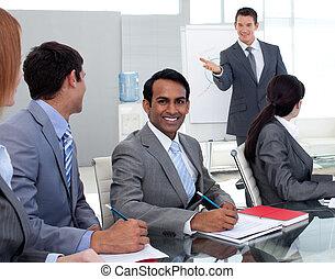 joven, businesman, estudiar, un, nueva corporación mercantil, plan, con, el suyo, equipo