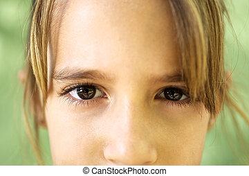joven, cámara, retrato, niña grave, mirar fijamente