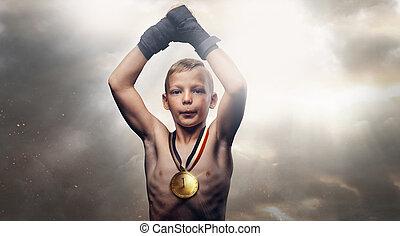joven, campeón, niño, con, guantes de boxeo, posar, en, el, plano de fondo, de, el, cielo nublado oscuro, eso, perfora, el, sun's, rays.