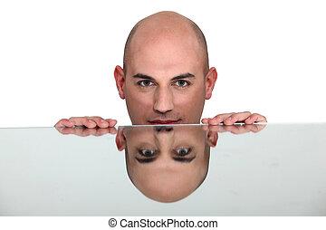 joven, cara, vidrio, reflejar, tabla, hombre, guapo