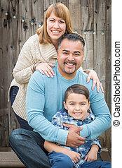 joven, carrera mezclada, retrato de la familia, exterior