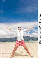joven, casual, hombre, celebrar la vida, en, playa