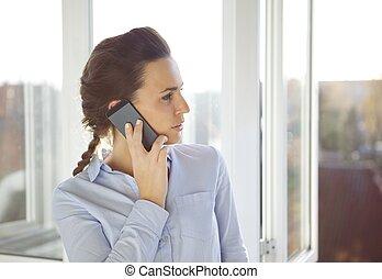 joven, caucásico, hembra, en, oficina, utilizar, teléfono