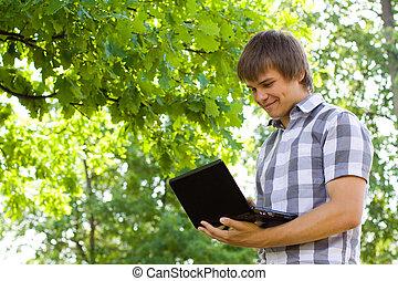 joven, con, computador portatil