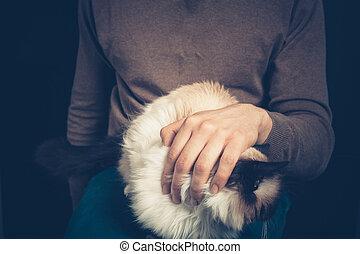 joven, con, un, gato, en, el suyo, regazo