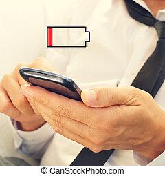 joven, con, un, smartphone, con, bajo, batería