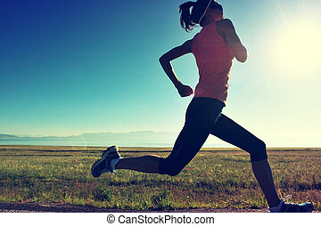 joven, condición física, mujer, corredor, corriente, en, salida del sol, playa, rastro