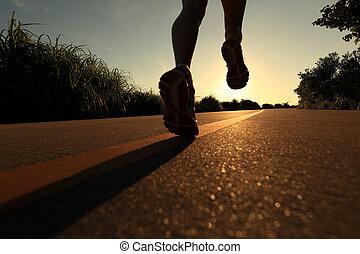 joven, condición física, mujer, piernas, corriente, en, salida del sol, playa, rastro