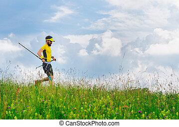 joven, corre, abajo, en, el, hierba verde, mientras, practicar, nórdico, ambulante