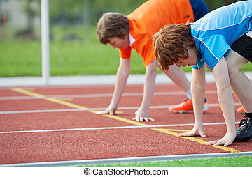 joven, corredores, en, posición de salida, en, pista