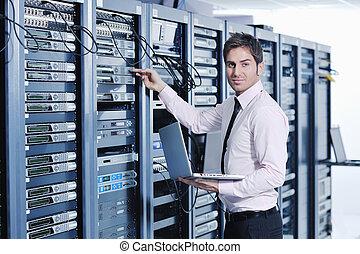 joven, dirige, en, centro de datos, servidor habitación