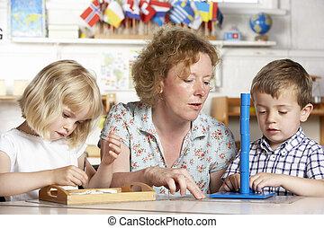 joven, dos, porción, niños adultos, montessori/pre-school