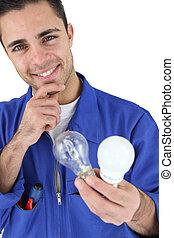 joven, electricista, sonriente, tenencia, bombillas