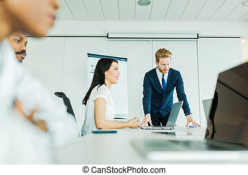 joven, empresarios, sentado, en, un, mesa de conferencia, y, aprendizaje, nuevo, tecnologías