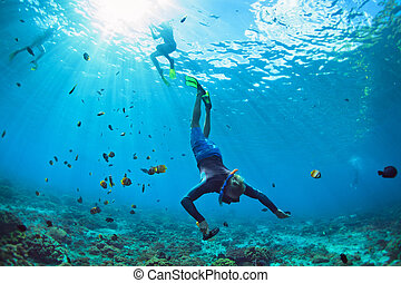 joven, en, snorkelling, máscara, zambullida, submarino