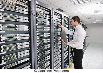 joven, engeneer, en, datacenter, servidor habitación