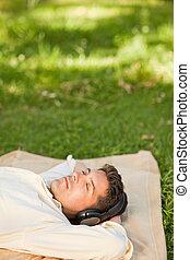 joven, escuchar música, en, el