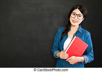 joven, estudiante, delante de, pizarra, back to la escuela
